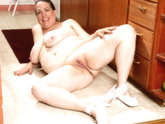 USA BBW Lisa takes off bra and panties while she cleans