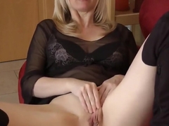 Desperate Matue MILF Playing Wight Her Big Cunt
