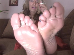 Mommy wants a nice big load dripping down her soles