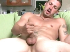 Muscled dude wanking his fine jizzster part1