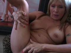 Spicy mature lady Luna Azul is fingering her twat