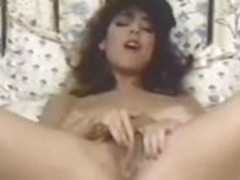 Christy Canyon sur son pouf montrant son grand corps
