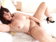 Scottish milf Toni Lace shares her masturbation habits
