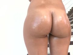 A sexy 18 years old Latina goddes shakes like no other