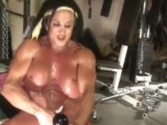 Muscled girl masturbating in the GYM. Look her boobs dancing